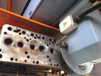 Scania-Zylinderkopf Planfräsen